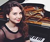 Viola Paço, piano